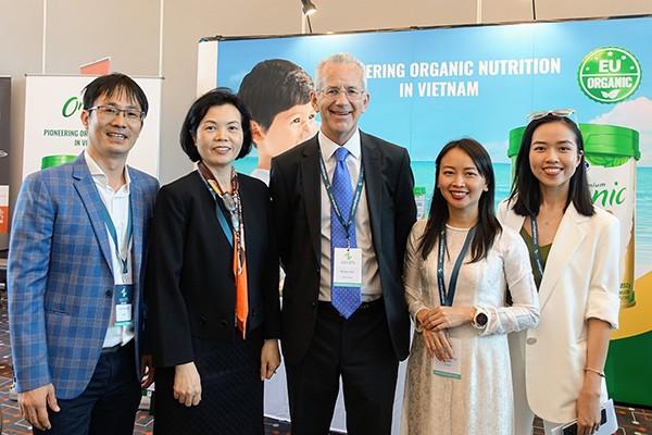 Ông Richard Hall - Chủ tịch Hội nghị (đứng giữa) tham quan khu vực giới thiệu thông tin của Vinamilk
