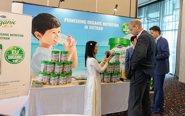 Đại diện các công ty trong Top 50 của toàn cầu tham dự hội nghị quan tâm tìm hiểu về sản phẩm Vinamilk Organic Gold