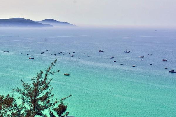Bãi biển Vạn Tường với vẻ đẹp trong xanh, yên ả
