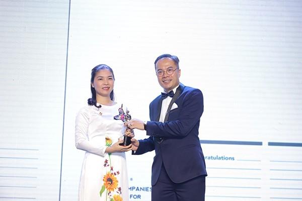 Bà Trần Thị Mỹ Hạnh - Phó TGĐ Tập đoàn Sun Group, đại diện nhận giải thưởng Top 50 doanh nghiệp có môi trường làm việc tốt nhất châu Á 2019