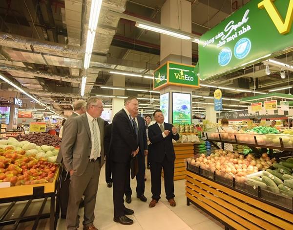 """Đại sứ Mỹ đi siêu thị VinMart quảng bá """"nữ hoàng trái cây"""" việt quất"""