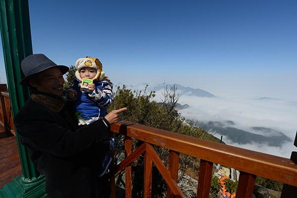 Ông Khuyên và cháu trai trong lần đầu tiên trải nghiệm cáp treo Fansipan Sapa