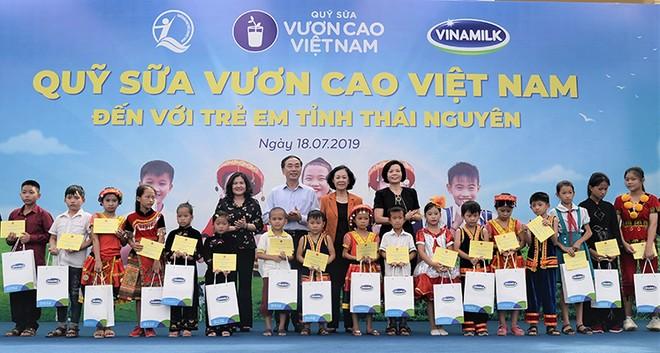 Trong suốt chặng đường 12 năm, Quỹ sữa Vươn cao Việt Nam và Vinamilk đã trao tặng hơn 35 triệu ly sữa với tổng giá trị 150 tỷ đồng cho gần 441.000 trẻ em khó khăn trên khắp Việt Nam.