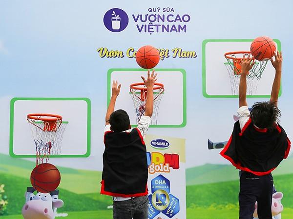 Ban tổ chức chương trình luôn mang đến nhiều sân chơi năng động được thiết kế riêng dành cho các em học sinh vui chơi.