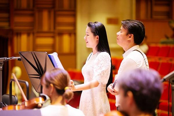 Nhạc sỹ Trần Mạnh Hùng theo sát các buổi tập luyện cho ca sỹ Phạm Thuỳ Dung