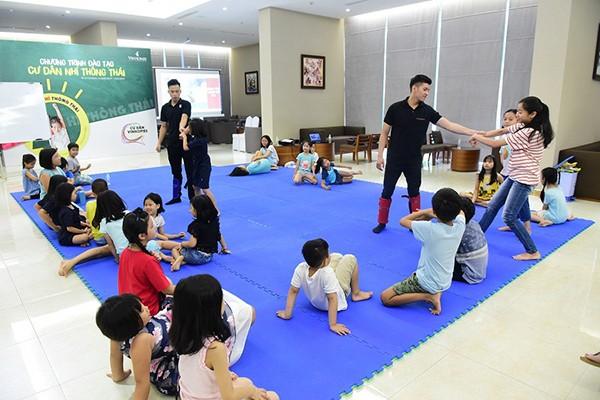 Cư dân nhí Vinhomes tích cực tham gia hoạt động mà giảng viên hướng dẫn
