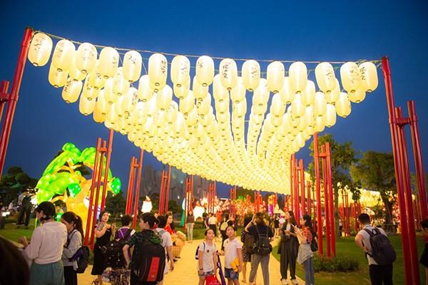 Cư dân đại đô thị hưởng đặc quyền được chiêm ngưỡng lễ hội đèn lồng mỗi ngày