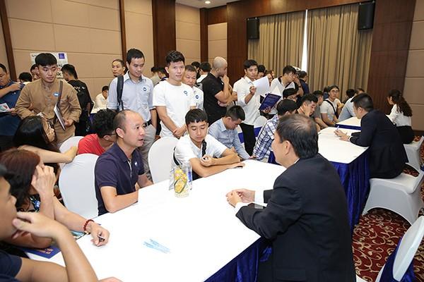 Hàng trăm bậc phụ huynh, học sinh được các lãnh đạo Vinpearl Air tư vấn trực tiếp, giải đáp các thắc mắc tại hội thảo.