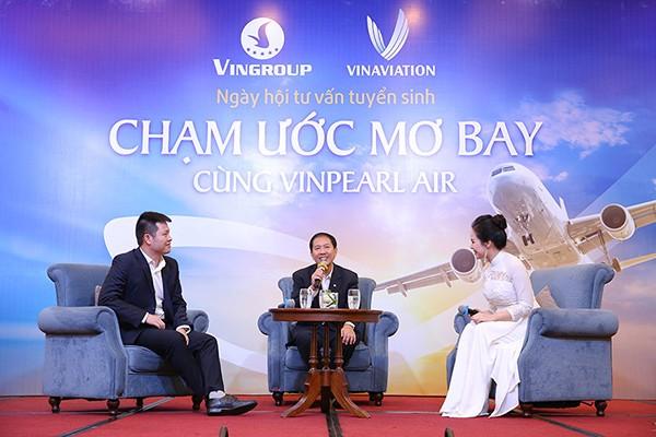 Tổng Giám đốc Vinpearl Air Phan Xuân Đức (giữa) chia sẻ tại hội thảo.