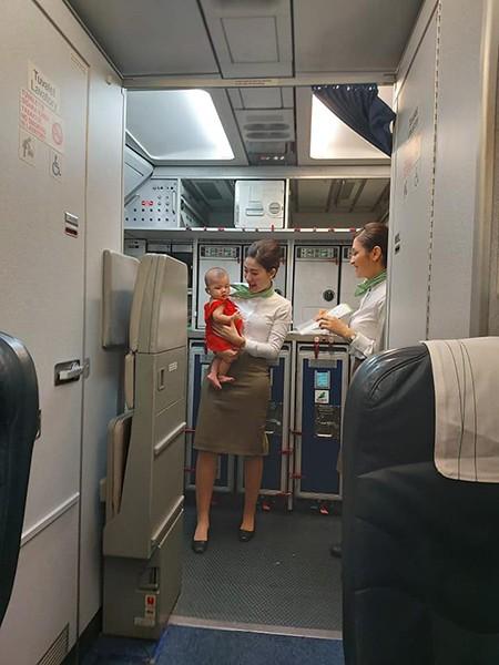 """Cộng đồng mạng """"tan chảy"""" với hình ảnh tiếp viên Bamboo dỗ trẻ giúp mẹ bị mệt trên khoang máy bay!"""