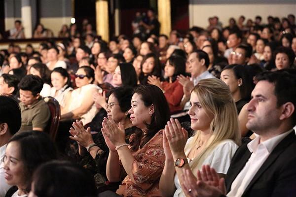 """Phạm Thùy Dung khiến khán giả ngỡ ngàng trong đêm """"Trăng hát"""""""