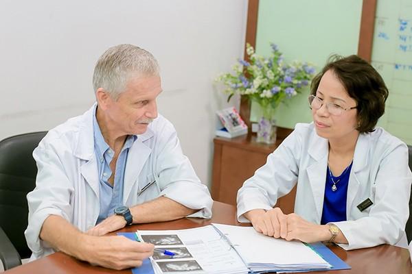 BS Jean Clement Sage - chuyên gia hỗ trợ sinh sản người Pháp (trái) đã hỗ trợ Trung tâm hỗ trợ sinh sản Vinmec tiếp cận với phương pháp xét nghiệm rối loạn miễn dịch cho các trường hợp chuyển phôi thất bại nhiều lần