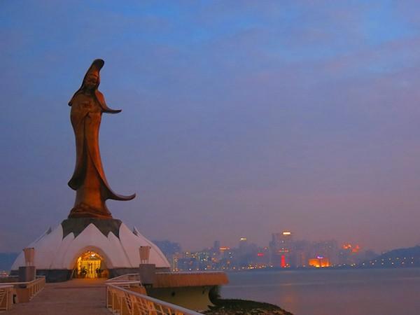 Tượng Phật Bà Quan Âm trên chùa Kun Lam lúc hoàng hôn.