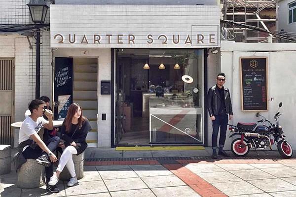 Trung tâm Quarter Square với rất nhiều cửa hàng, quán cafe và quầy bar