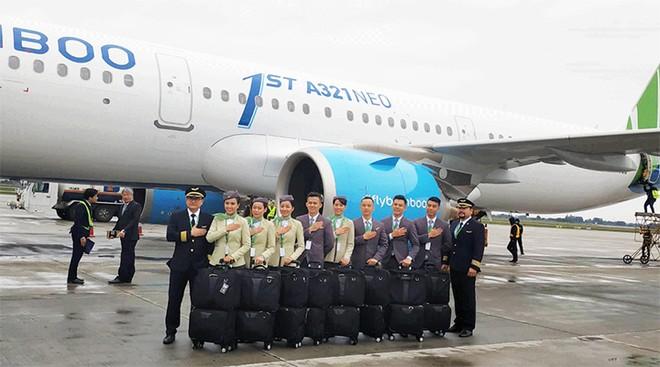 Phi công và tiếp viên Bamboo Airways chụp hình cùng máy bay Airbus A321Neo đầu tiên của hãng. (Nguồn: Y Vân)