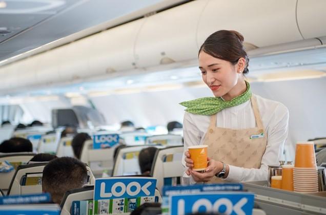Một dấu ấn đặc biệt khác trên các chuyến bay của Bamboo Airways là hành khách có thể chung tay bảo vệ môi trường thông qua chiến dịch Bay Xanh của hãng hàng không. Trên những chuyến Fly Green của hãng, các sản phẩm đồ nhựa dùng một lần được thay thế dần bằng vật liệu tái chế hoặc tự phân hủy như cốc giấy, ống hút tre, khay tre, túi thu rác và găng tay từ vật liệu tự hủy, đồ ăn bọc bằng giấy nến, chăn bọc bằng túi vải không dệt…