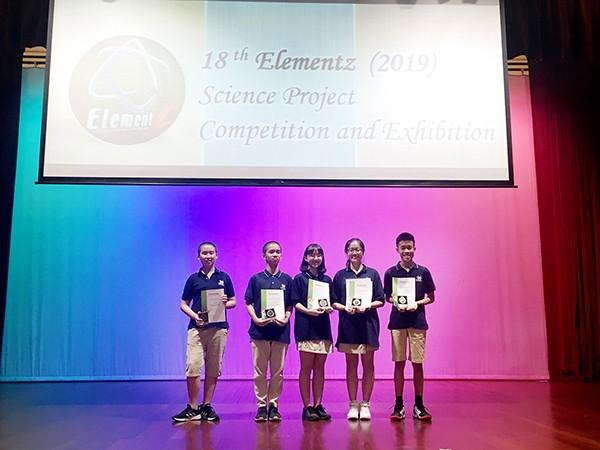 Các bạn học sinh tự hào nhận giải thưởng tại