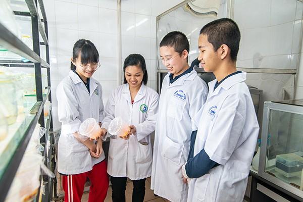 Tại phòng lên men của Khoa Sinh học, trường Đại học Sư phạm Hà Nội, TS. Lê Thị Tươi đang cùng các em học sinh Vinschool quan sát và phân tích các phôi nấm đông trùng hạ thảo