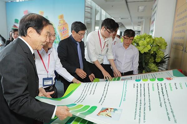 Đại diện Tổ chức kỷ lục Việt Nam cùng trao đổi những thông tin về cuốn sách