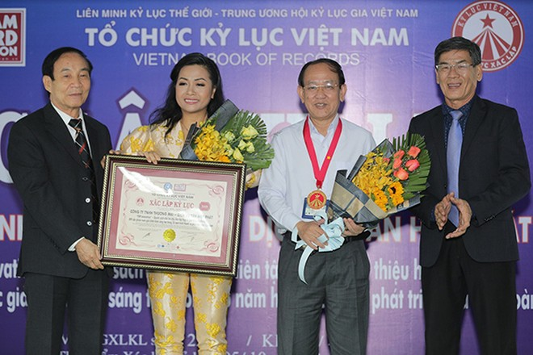 Bà Trần Uyên Phương – Phó Tổng Giám đốc tập đoàn Tân Hiệp Phát cùng ông Nguyễn Văn Tư – Giám đốc khối Nghiên cứu và Phát triển đón nhận bằng xác lập kỷ lục và huy hiệu do Tổ chức kỷ lục Việt Nam trao cho cuốn sách THP Innnovation