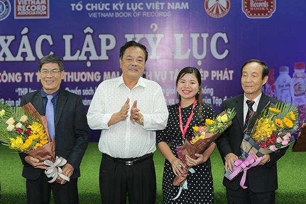 Tổng Giám đốc Tập đoàn Tân Hiệp Phát - Trần Quí Thanh tặng hoa cảm hơn các thành viên của Tổ chức kỷ lục việt Nam