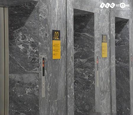 Thang máy tại Athena Complex Xuân Phương ốp hoàn toàn bằng đá Marble tự nhiên Dark Grey Galaxy của FLC STONE với các đường vân đá màu trắng.