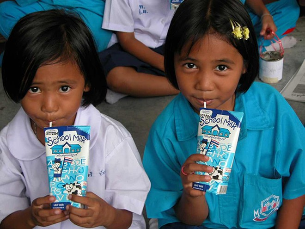 Chương trình Sữa học đường trên thế giới đã được triển khai từ rất sớm tại 60 quốc gia như Nhật Bản, Thái Lan, Trung Quốc, Hoa Kỳ, Anh…
