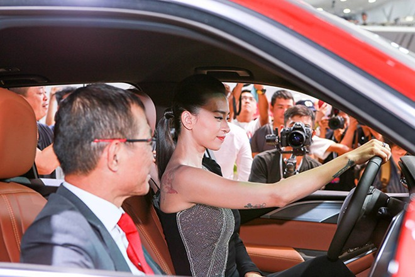 VinFast bàn giao xe Lux SA2.0 giá 1,7 tỷ đồng cho đại sứ thương hiệu Ngô Thanh Vân