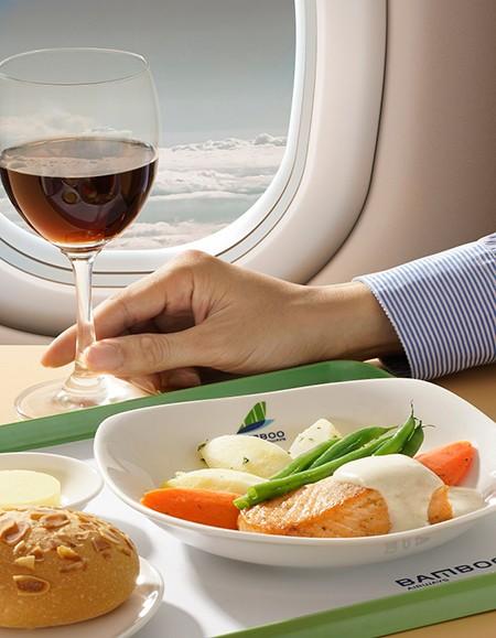 Đặc biệt, Bamboo Airways là hãng hàng không đầu tiên tại Việt Nam phục vụ khách hàng thức uống tươi thay vì đồ đóng hộp