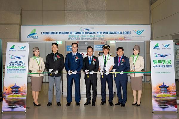 Đại diện Bamboo Airways và Tổng đại lý của hãng tại Hàn Quốc cắt băng chào mừng chuyến bay thẳng kết nối Seoul và Đà Nẵng.