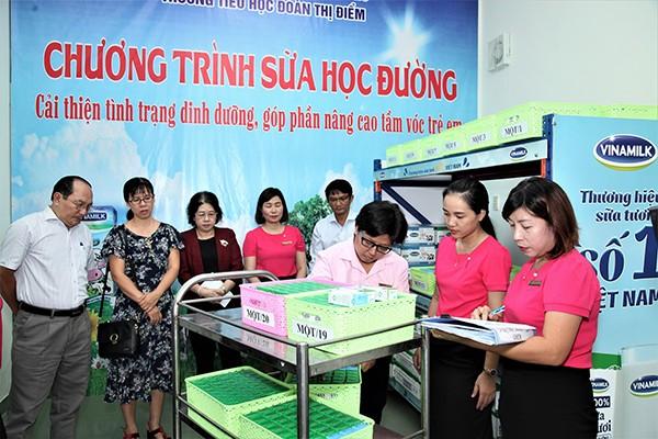 Thành viên Ban chỉ đạo chương trình sữa học đường cùng tham dự việc triển khai thực hiện trong ngày đầu tiên tại điểm trường Đoàn Thị Điểm, quận Tân Phú, TP.HCM