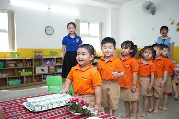 Ngày 01/11/2019, thành phố Hồ Chí Minh triển khai đồng loạt việc uống sữa học đường cho học sinh mẫu giáo và học sinh tiểu học lớp 1 trên địa bàn 10 quận, huyện.