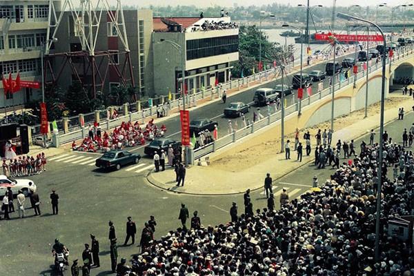 Lễ khánh thành cầu Sông Hàn ngày 29/03/2000 – thời điểm có thể coi là bước ngoặt cho sự phát triển của Đà Nẵng. Ảnh: Nhân Mùi/Báo Đà Nẵng.