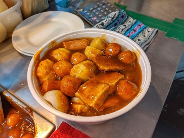 Một món rất được yêu thích là que xúc xích, nấm, củ cải trắng cùng nước sốt sa tế ngon tuyệt