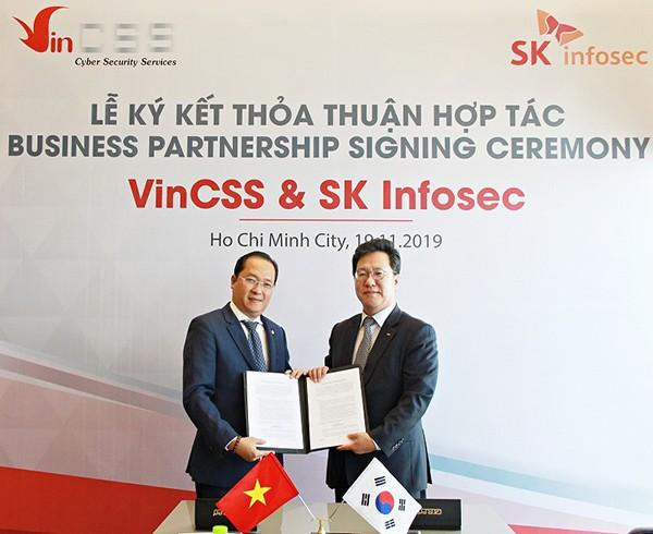 Tổng Giám đốc công ty VinCSS, ông Đỗ Ngọc Duy Trác (bên trái) và đại diện SK Infosec tại lễ ký kết hợp tác