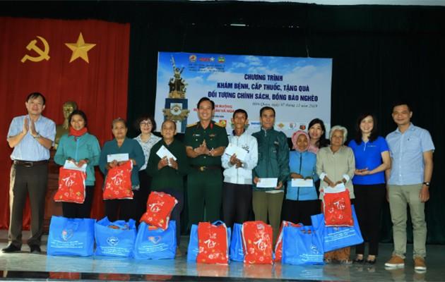 Đại diên Tân Hiệp Phát trao tặng quà cho người nghèo.