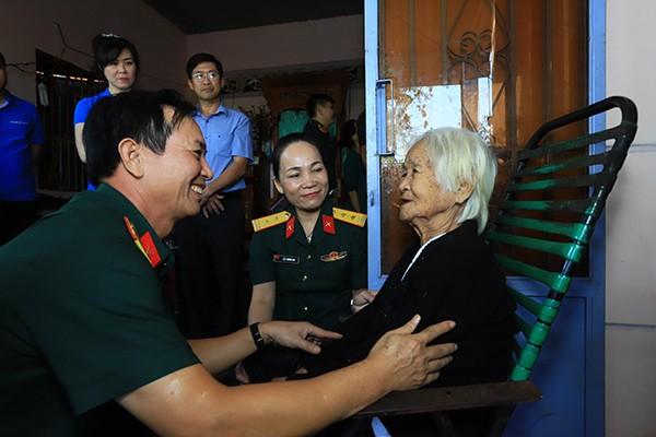 Thăm và tặng quà cho Mẹ Việt Nam Anh hùng Phạm Thị Xy, 84 tuổi, ấp Chà Là, xã Thanh Bình.