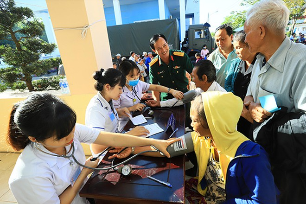 Đội ngũ y, bác sỹ của Bệnh viện Quân đoàn 4 đang khám bệnh cho bà con huyện Hớn Quản.