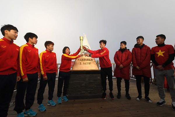 Các tuyển thủ U23 Việt Nam rước đuốc, truyền lửa cho đội tuyển bóng đá nữ quốc gia trên đỉnh Fansipan