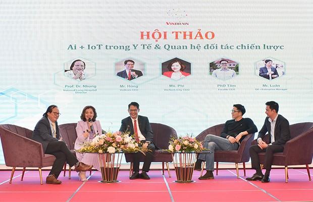 Ông Trương Quốc Hùng (giữa), Tổng Giám đốc Công ty VinBrain - đơn vị nghiên cứu phát triển phần mềm trợ lý bác sĩ – tại hội thảo AI - Iot trong y tế