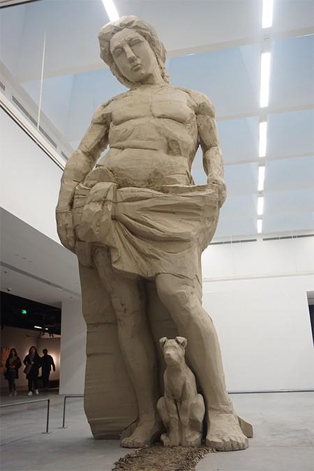 """Bức tượng làm bằng xốp và đất sét """"Apollo và Tô"""" cao 5m của nghệ sĩ Nguyễn Đình Phương"""