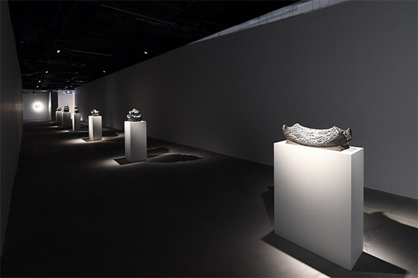 Các tác phẩm điêu khắc làm bằng đá đen của nghệ sĩ Lương Trịnh