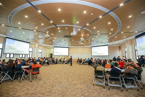 Phương pháp giảng dạy theo nhóm (Team-Based Learning) yêu cầu không gian rộng và công nghệ nghe nhìn tích hợp tiên tiến nhất