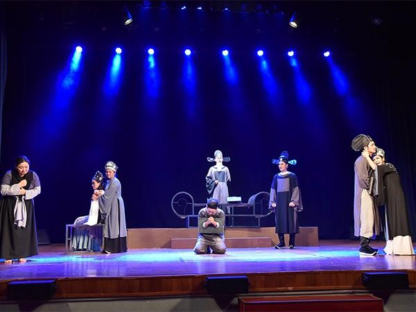 Vở kịch được viết bởi tác giả Lê Chí Trung và NSND Trần Ngọc Giàu đạo diễn