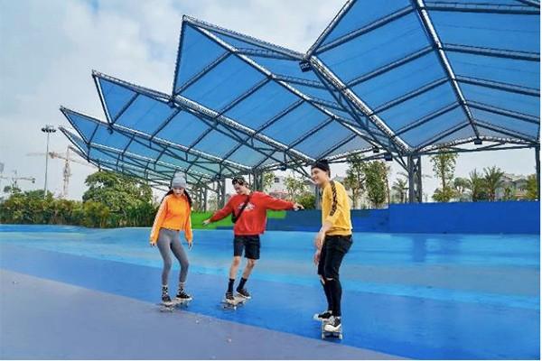 Tổ hợp công viên thể thao đa năng bao gồm: sân trượt ván, bóng đá, cầu lông… mang tới không gian vận động hoàn hảo cho thanh thiếu niên