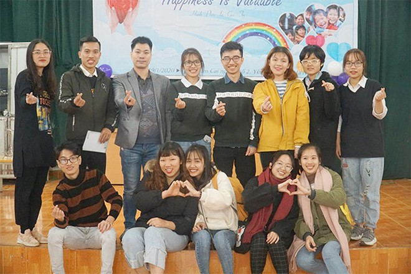 Thành viên nhóm Cầu vồng & tình nguyện viên