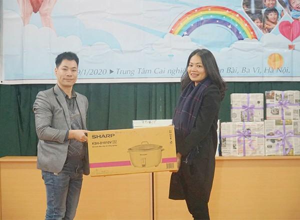 Sáng kiến đã trao tặng 1 nồi cơm điện và 384 ly sữa tươi cho các em nhỏ có hoàn cảnh đặc biệt tại Trung tâm. Đánh giá về ý nghĩa hoạt động này, bà