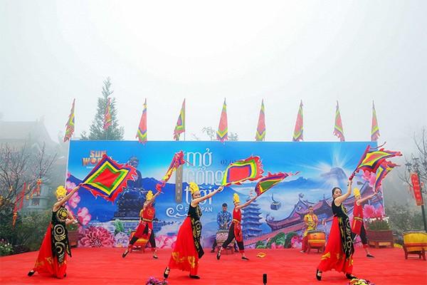 """Lễ hội mùa xuân Fansipan 2020 đã chính thức khai hội sáng ngày 27/01/2020 với chủ đề """"Hội xuân mở cổng trời - khèn hoa rực rỡ Tây Bắc""""."""