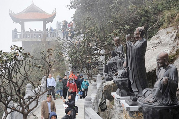 Đông đảo Phật tử và du khách bốn phương hành hương lễ Phật tại quần thể văn hóa kiến trúc tâm linh trên đỉnh Fansipan những ngày đầu xuân.