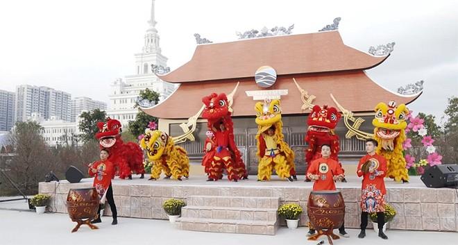 Tiết mục múa lân sư rồng là điểm nhấn của lễ hội đường phố - một trong những chương trình đặc sắc hấp dẫn đông đảo du khách.